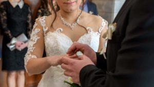 Поставяне на сватбена халка