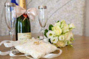 Чаши за шампанско и халки за сватба